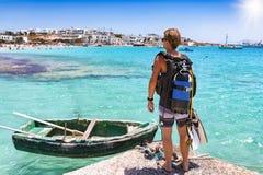Il subaqueo maschio gode della vista sopra le acque del turchese del mar Egeo fotografia stock