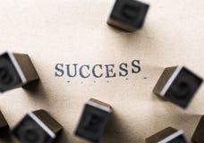 il successo di parola della lettera dell'alfabeto dal bollo segna la fonte con lettere su carta FO Fotografie Stock