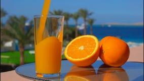 Il succo d'arancia ha versato in un vetro video d archivio