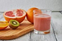Il succo del pompelmo, dell'arancia e del kiwi Fotografia Stock Libera da Diritti