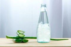 Il succo di vera dell'aloe in bottiglia con aloe fresco vera va Fotografie Stock