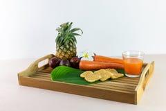 Il succo e la miscela freschi ora è compressione dai frutti reali per il servire Immagini Stock