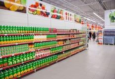 Il succo fresco ha imballato pronto per la vendita nel supermercato Immagine Stock