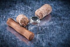 Il sughero di Champagne spilla la cavaturaccioli del cavo torta metallo su fondo metallico Fotografie Stock Libere da Diritti