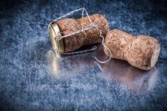 Il sughero di Champagne tappa il cavo torto su fondo metallico Fotografie Stock