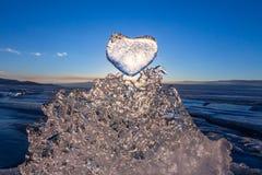 Il Sun al tramonto splende attraverso il cuore ghiacciato su struttura transparen Immagine Stock Libera da Diritti