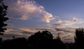Il Sun aumenta quando la città di Torrance è ancora una siluetta fotografia stock
