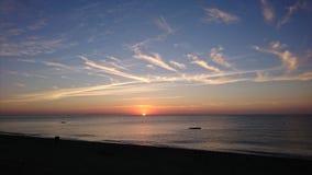 Il Sun aumenta su dal mare Immagini Stock Libere da Diritti