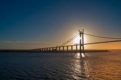 Il Sun cade dietro un ponte fotografie stock libere da diritti