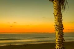Il Sun giù colora il cielo e l'oceano immagine stock libera da diritti