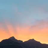 Il Sun ha messo dietro i picchi di montagna nelle alpi della Svizzera Fotografia Stock