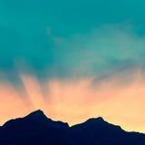 Il Sun ha messo dietro i picchi di montagna nelle alpi della Svizzera Fotografia Stock Libera da Diritti