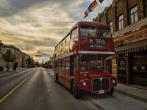 Il Sun ha messo l'autobus a due piani Fotografia Stock Libera da Diritti