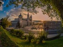 Il Sun illumina, al tramonto, la facciata della cattedrale di Almudena immagini stock libere da diritti