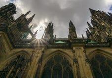 Il Sun si svasa sopra il castello di Praga Fotografia Stock Libera da Diritti