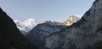 Il Sun sta aumentando alla valle di Lauterbrunnen (Berner Oberland, Svizzera) Fotografie Stock