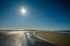 Il Sun sta mettendo lentamente lungo la linea costiera Paesi Bassi dell'estate di Schiermonnikoog Fotografia Stock Libera da Diritti