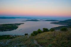 Il Sun supera giù le isole croate fotografia stock libera da diritti