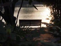 Il Sun va giù dal lago Fotografie Stock
