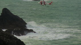 Il suo elicottero della guardia costiera della maestà che manovra nella posizione stock footage