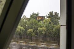 Il suo rainly giorno allo scane della finestra fotografia stock libera da diritti