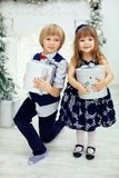Il suoi fratello e sorella hanno ricevuto i regali Fotografie Stock Libere da Diritti