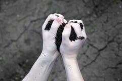 Il suolo filtra da parte a parte le vostre dita Immagine Stock