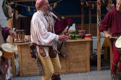 Il suonatore di cornamusa ed il batterista storici si sono vestiti in vestiti antichi Fotografia Stock