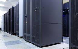 Il supercomputer ragruppa nella stanza del centro dati moderno Fotografia Stock