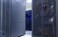 Il supercomputer ragruppa nella stanza di modren il centro dati Immagini Stock