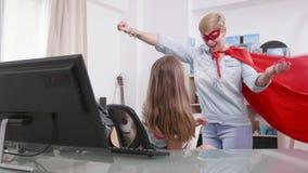 Il Supermom viene ad aiutare sua figlia mentre sta avendo un problema archivi video