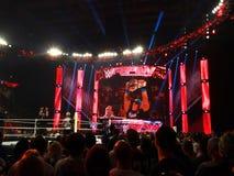 Il superstar John Cena di WWE tiene il titolo di campionato di U.S.A. nell'aria Fotografie Stock