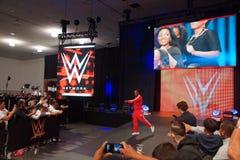 Il superstar Kofi Kingston di WWE cammina verso l'anello ed i punti Fotografia Stock