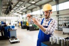Il supervisore che fanno il controllo di qualità e il pruduction controllano la fabbrica fotografia stock