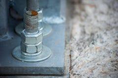 Il supporto del metallo è serrato al blocco in calcestruzzo immagini stock libere da diritti