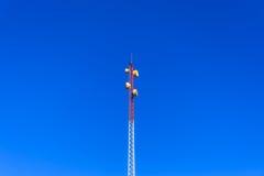 Il supporto della torre radiofonica nel giorno del sole Immagini Stock Libere da Diritti