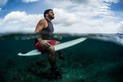 Il surfista aspetta l'onda sull'allineamento con il bordo di spuma Immagini Stock