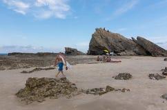 Il surfista cammina verso la roccia dell'elefante Fotografia Stock Libera da Diritti