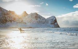 Il surfista conquista le onde dell'oceano un bello giorno soleggiato fotografia stock
