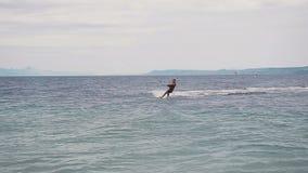Il surfista dell'aquilone guida sulle onde del mare adriatico croatian stock footage
