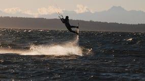 Il surfista dell'aquilone ha tirato dentro l'aria dal suo aquilone Fotografia Stock Libera da Diritti