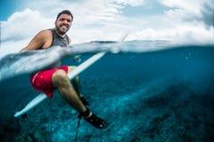 Il surfista felice aspetta l'onda sull'allineamento Fotografia Stock Libera da Diritti
