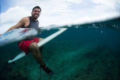 Il surfista felice aspetta l'onda sull'allineamento Immagini Stock Libere da Diritti