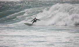 Il surfista guida un'onda Fotografia Stock
