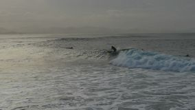Il surfista guida un'onda al passaggio video d archivio