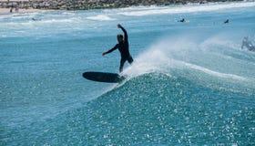 Il surfista ha inseguito l'onda che pratica il surfing fotografie stock