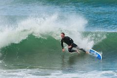 Il surfista perde l'equilibrio e cad da dal surf fotografia stock