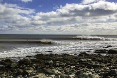 Il surfista pratica il surfing un'onda perfetta un giorno soleggiato Immagine Stock
