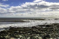 Il surfista pratica il surfing un'onda perfetta un giorno soleggiato Fotografia Stock Libera da Diritti