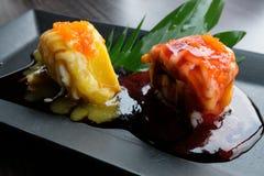 Il sushi della frutta è una combinazione dall'ingrediente di dieta della carne del dessert ha il mango e fragola Immagini Stock